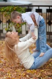 子どもを抱き上げる母