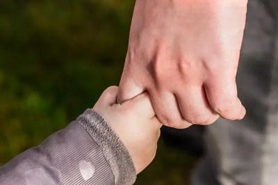 子どもとつなぐ手