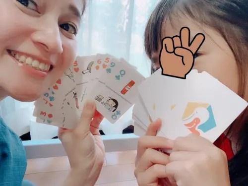 カードを持って笑顔の親子