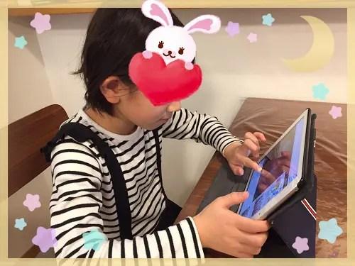 iPadで動画を楽しむ女の子