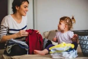 楽しい会話をしながら洗濯物をたたむ親子