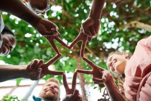 指で星の形を作る人々