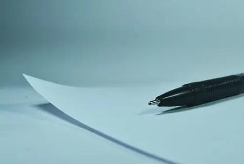 白紙の上に置かれたペン
