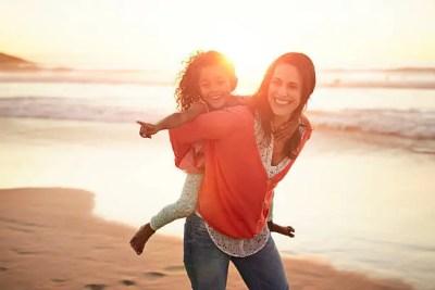 海辺にいる愛ある親子