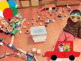 車と電車のおもちゃを床に並べたジオラマ風