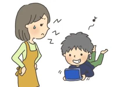 ゲームをする子どもと叱る母