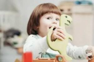 子どもがおもちゃで遊んでいる