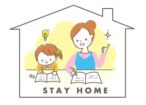 子どもの家庭学習見守る母