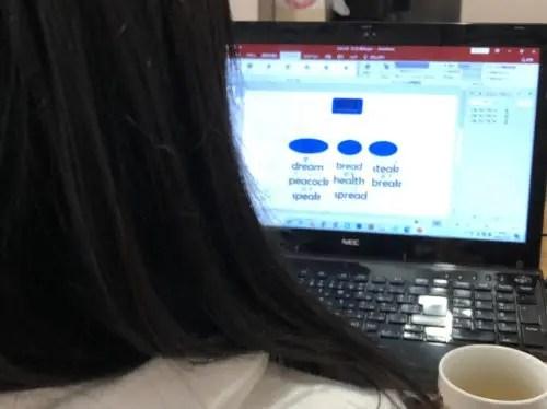 パソコンに取組む娘の後ろ姿