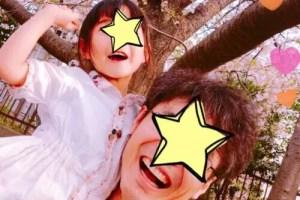 満面の笑みの娘を抱き上げる親