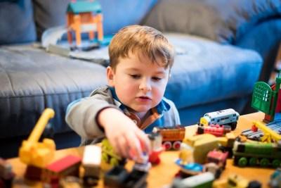 電車のおもちゃで遊ぶ子ども
