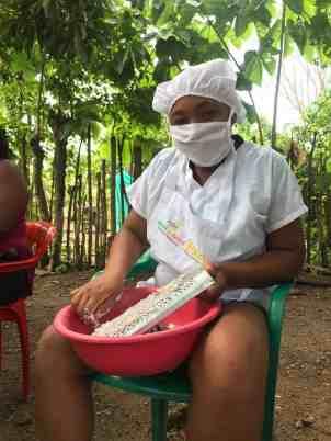 María Alejandra rallando coco en las primeras pruebas que realizamos en la elaboración del Aceite de Coco