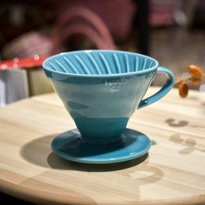Голубая керамическая воронка для заваривания кофе Hario V60