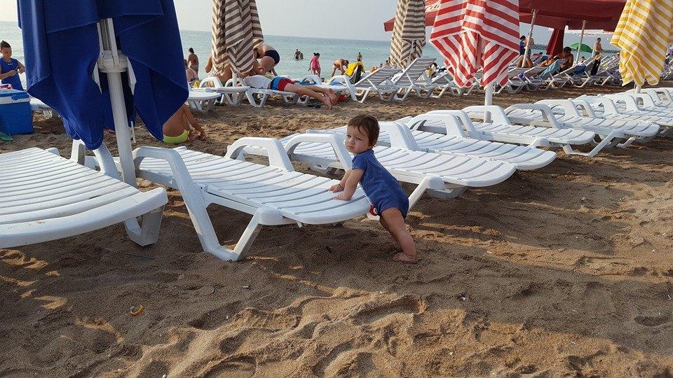 Cu bebe la mare. Ce punem în bagaje?