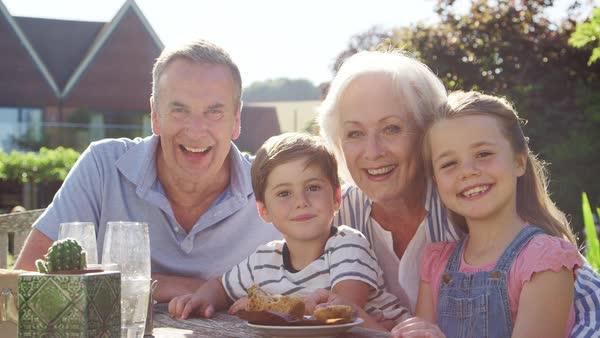 Bunicii sunt mai necesari și mai eficienți în creșterea nepoților decât cele mai scumpe vitamine.