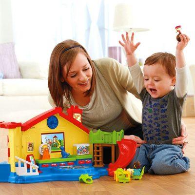 Criança brincando com a mãe