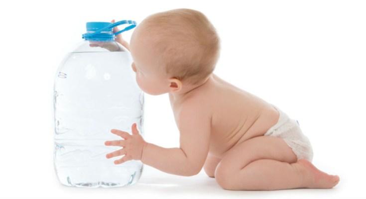 crianças precisam tomar agua para evitar a desidratação
