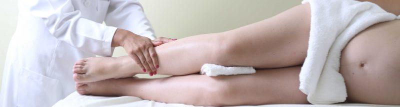 mulher gravida fazendo drenagem linfática