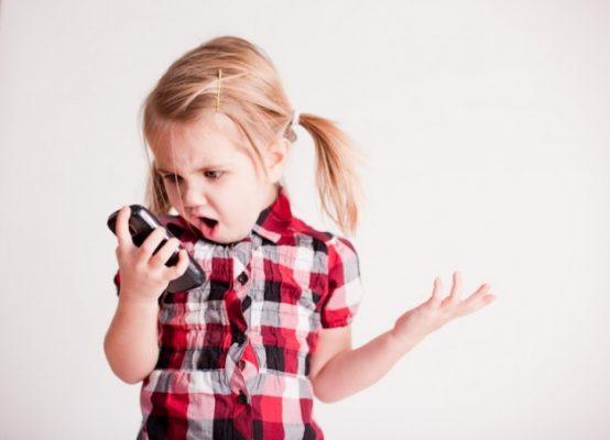 dar um smartphone para criança