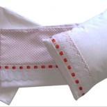 Jogo de lençol com detalhe vermelho