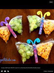 Borboletas com saquinhos de uva e outra comidinha