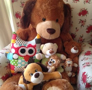 Ursinhos de pelúcia que moram aqui em casa e estão precisando de um banho!