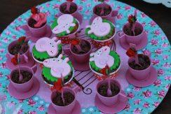 Xícaras com brigadeiro e cupcakes