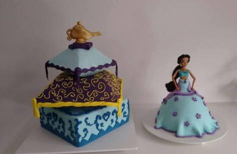 Bolo cenográfico (às esquerda) e bolo de chocolate de princesa