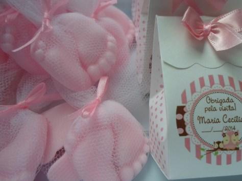Sabonetes no formato de pezinhos para lembrancinhas de maternidade