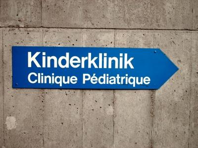 Kinderklinik-Schild. Bild von Paul-Georg Meister / pixelio.de