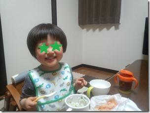 野菜を食べる息子