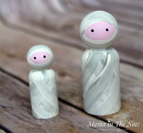 How to make friendly Halloween mummy wooden peg dolls. Adorable not-so-spooky kid-friendly Halloween decorations.
