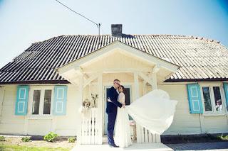 Sesja ślubna w starej chacie
