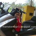 Si Fahmi bergaya dengan motor & helmet barunya