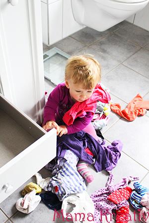 kleinkind schubladen ausräumen anziehen
