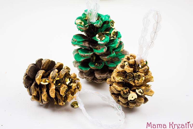 Weihnachtsbaumschmuck basteln: Weihnachtsbaumanhänger aus Zapfen