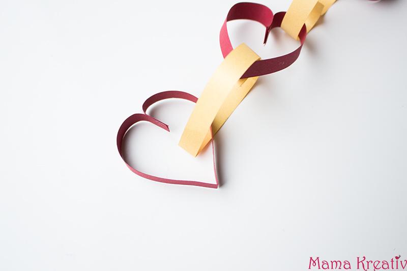 Basteln mit Kindern zum Valentinstag Kindergarten Herz Karte (14)