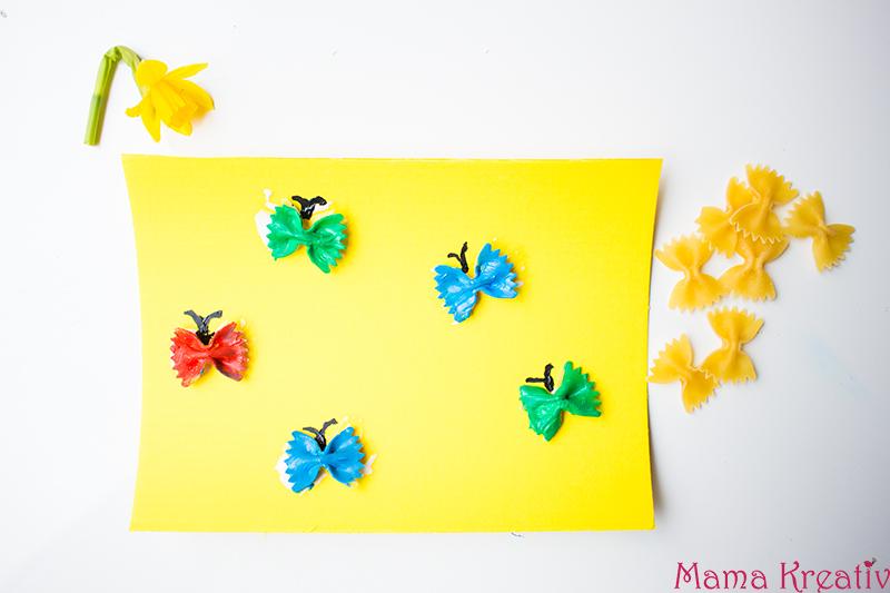 Malen im Frühling mit Kindern Schmetterling aus Farfalle (2)
