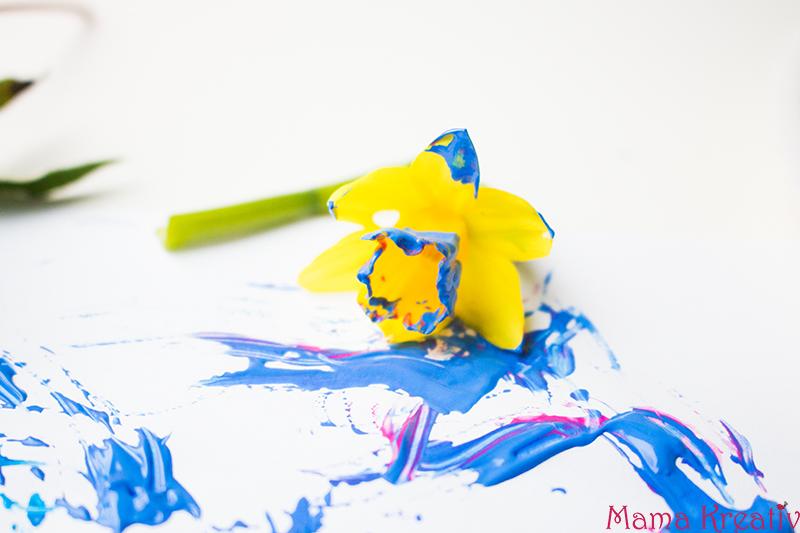 Malen im Frühling mit Kindern mit echten Blumen (4)