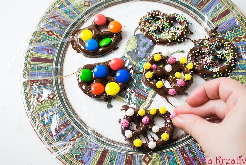 Faschingsparty Rezepte - bunte Fasching Snacks und Ideen - bunte Schoko-Brezeln