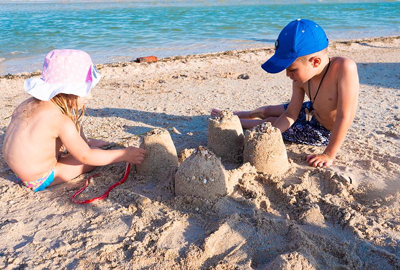 Strandspiele für Kinder: schnell und einfach. Spiele für den Strand. Sandburg bauen, Spiele mit Sand.