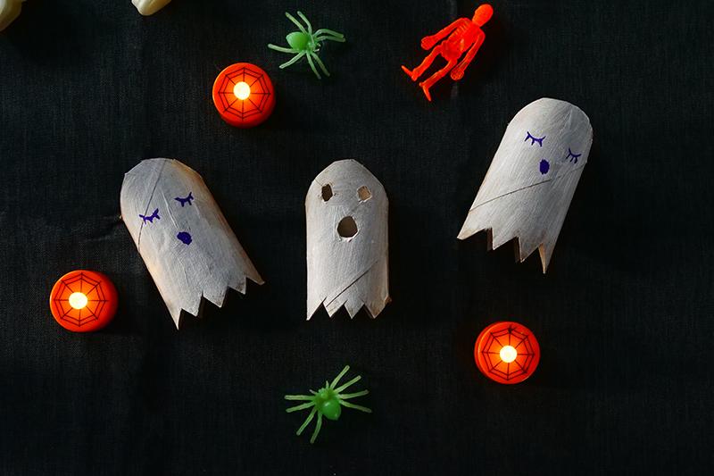 Geister aus Klopapierrollen mit Kindern zu Halloween basteln