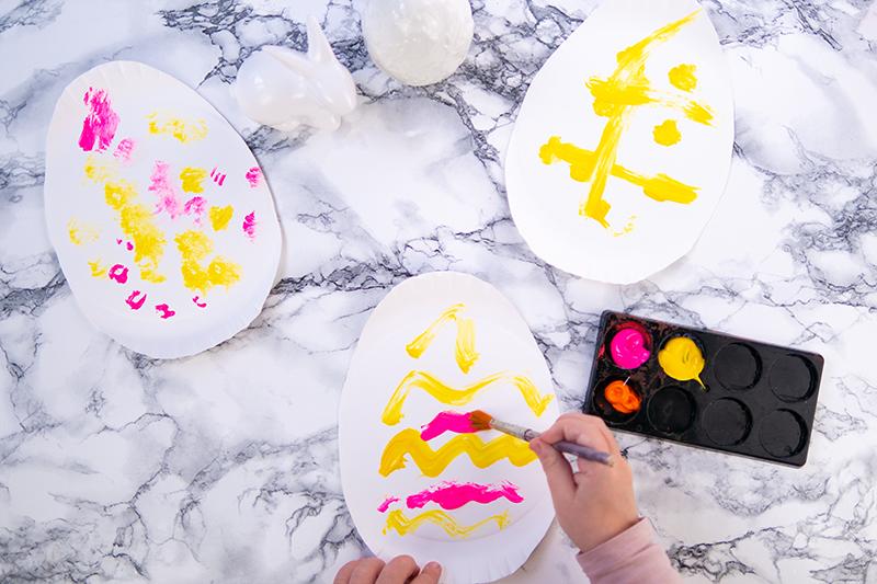 Osterdeko basteln mit Kindern: 4 einfache Ideen Osterhase Osterei basteln Bastelidee zu Ostern Anhänger Deko Salzteig Papier