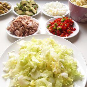 Ingredientes para la ensalada, ya cortados.
