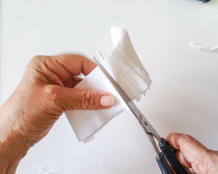 Recortar tiras de papel crespón y hacerle flecos.