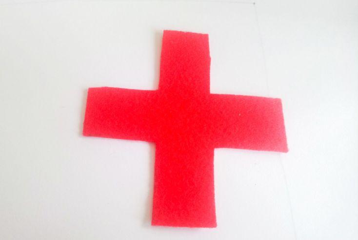 Recortar la cruz o cualquier imagen que queráis, podéis hacer más delantales que no sean de enfermería.