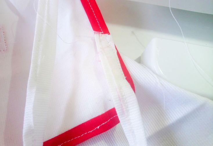 Pegar cintas o más bies en el cuello para atarles por detrás.