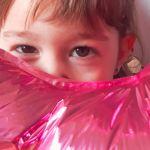 Cumpleaños de gatito. Victoria y su globo de 3 años.