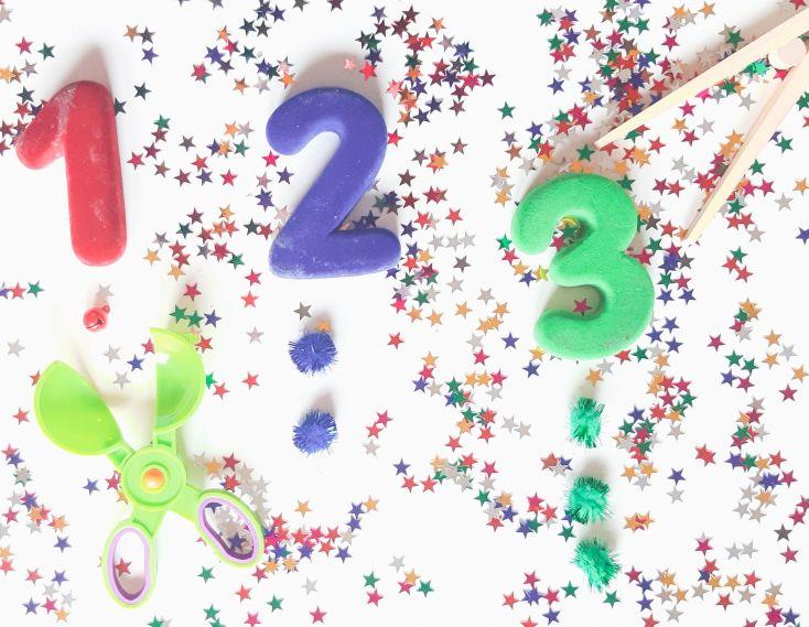 Coloca los números que quieras y dale pompones o cascabeles para colocar la cantidad correspondiente abajo.