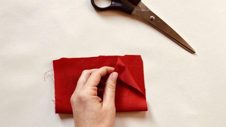 Doblar la tela por la mitad y coser dejando un agujerito para introducir el relleno.